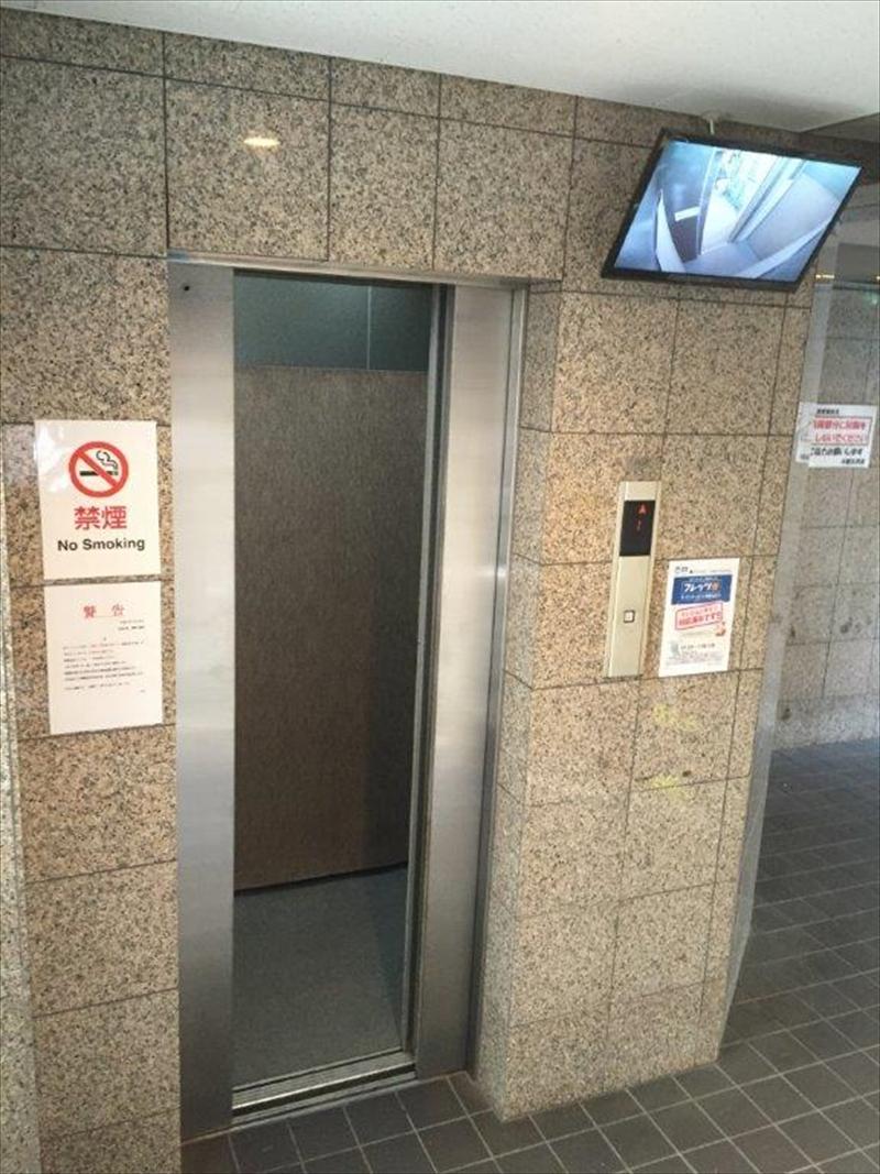 エレベーター 一階には内部カメラ映像が見れます!
